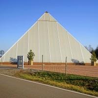 Ne, toto není Louvre, ale Astrální pyramida, kam jezdí zájezdy, seděj nahoře v pyramidě a chytaj astrální energii. Nedělám si srandu, vysvětlovala mi to tam místní astráloložka. Když jsem ji řekl, že mi to přijde jako blbost, vypadala dost zklamaná :D