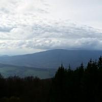 Ta věc úplně vzadu v mraku je Velká Javořina, největší kápo přes kopce v širokém okolí, 970 mnm. Ze začátku mě trochu štvalo, že jsem nakonec lezl na DRUHEJ největší kopec v okolí, ale když jsem pak viděl to mračisko a hlavně jak rychle letí, tak jsem asi udělal konečně taky někdy moudré a dobré rozhodnutí :)